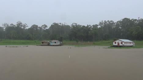 Amazonas-Lloviendo-En-El-Lago-De-Enero