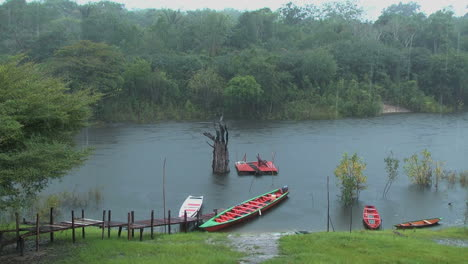 Amazonasregen-Mit-Kanus