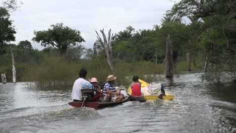 Brazilian-Amazon-family-in-canoes