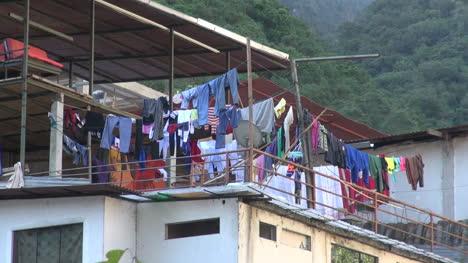 Peru-Aguas-Calientes-laundry-on-roof