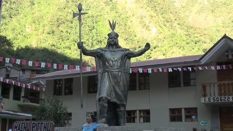 Peru-Aguas-Calientes-Inca-statue