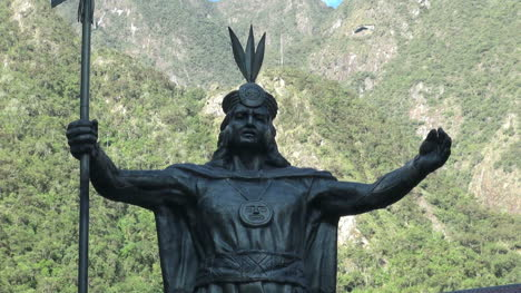 Peru-Aguas-Calientes-Inca-statue-close-up