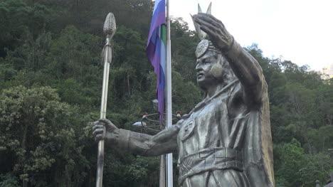 Peru-Aguas-Calientes-Inca-statue-side-view