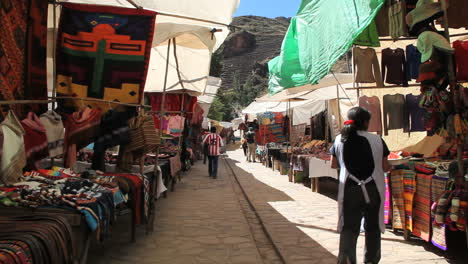 Peru-Pisac-market-shaded-sidewalk-and-wares-3