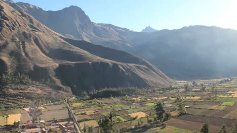Perú-Valle-Sagrado-Ollantaytambo-Tierras-Agrícolas-Acolchadas-Debajo-De-Los-Picos-7