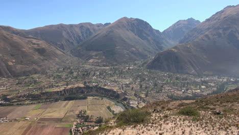 Peru-Sacred-Valley-Ollantaytambo-fields-along-steep-río-bank-8