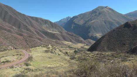 Perú-Valle-Sagrado-Camino-De-Tierra-Curvas-Valle-Escarpado-11