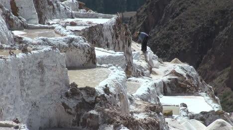 Peru-salt-pans-man-working