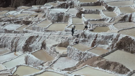 Peru-salt-pans-men-carrying-salt-timelapse