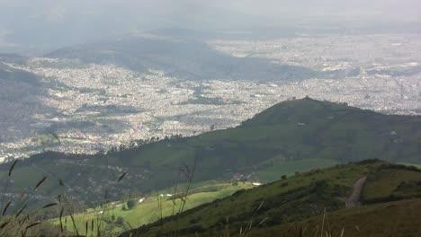 Quito-Desde-La-Cima-De-La-Montaña