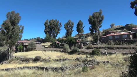 Peru-Taquile-Terrazas-Y-Casas-Ascienden-Una-Ladera-3