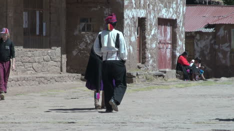Peru-Taquile-man-and-woman-in-traditional-clothing-meet-13