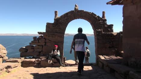 Peru-Taquile-La-Gente-Camina-Y-Toma-Fotos-Cerca-Del-Arco-De-Piedra-17