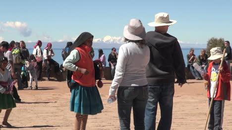 Peru-Taquile-vendor-in-black-shawl-and-tourist-family-28