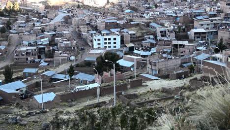 Perú-Lago-Titicaca-Puno-Edificios-Abarrotados-Y-Paredes-Azules-Pastel