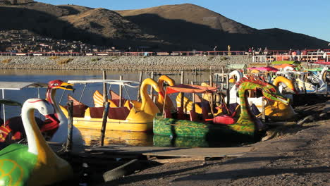 Peru-Lake-Titicaca-Puno-harbor-and-colorful-bird-boats