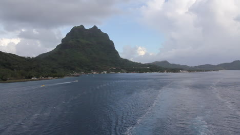 Bora-Bora-wake-from-departing-ship