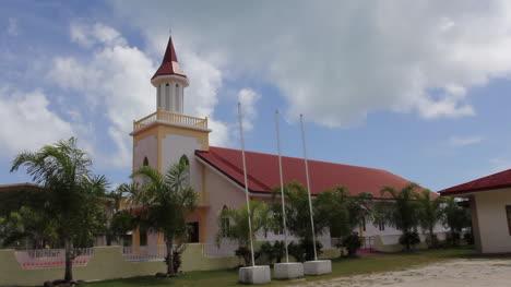 Iglesia-De-Bora-Bora-Con-Nubes-Arriba