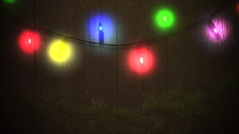 Animierte-Nahaufnahme-Bunte-Girlande-Und-Weihnachtliche-Grüne-Äste-Auf-Holz-2