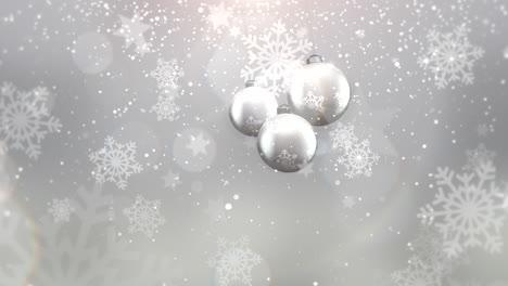 Animierte-Nahaufnahme-Bewegung-Silberne-Kugeln-Und-Schneeflocken-Auf-Weißem-Hintergrund