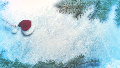 Animierte-Nahaufnahme-Weihnachtsmütze-Und-Grüne-Äste