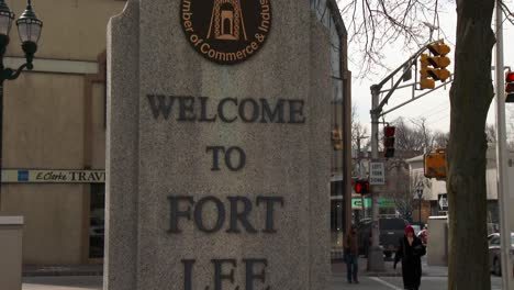 Un-Cartel-Da-La-Bienvenida-A-Los-Visitantes-A-Ft-Lee-New-Jersey