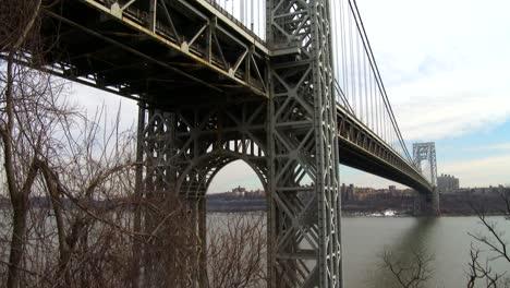 Tilt-Up-Revela-El-Puente-George-Washington-Que-Conecta-Nueva-York-Con-Nueva-Jersey