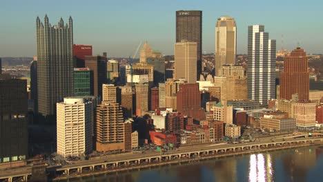 El-Centro-De-Pittsburgh-Pennsylvania-Al-Anochecer-2