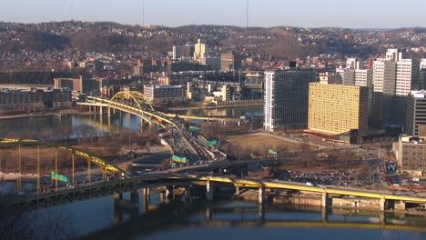 Autopistas-Cruzan-El-Centro-De-Pittsburgh-Pennsylvania-Al-Atardecer