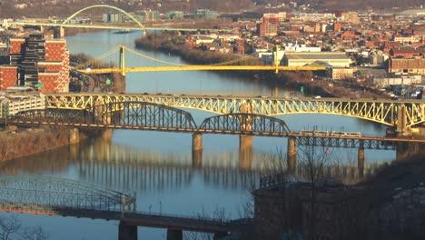 Los-Puentes-Cruzan-El-Río-Cerca-De-Pittsburgh-PA-1