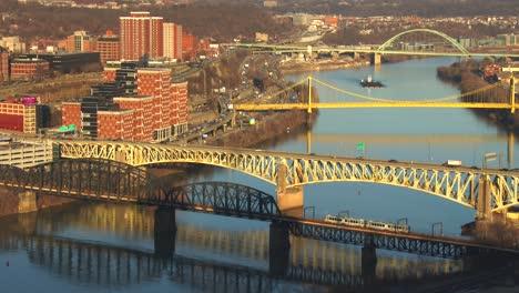 Puentes-Cruzan-El-Río-Cerca-De-Pittsburgh-Pa-2