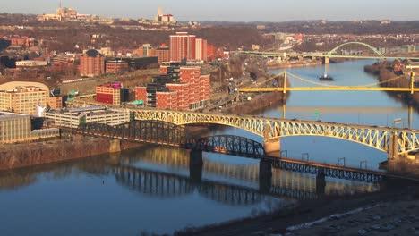 Puentes-Cruzan-El-Río-Cerca-De-Pittsburgh-Pa-3