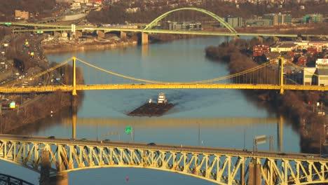 Barcazas-Viajan-Bajo-Los-Puentes-De-Pittsburgh-Pa