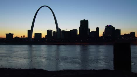 The-St-Louis-arch-at-dusk