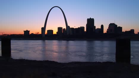 The-St-Louis-arch-in-twilight-light