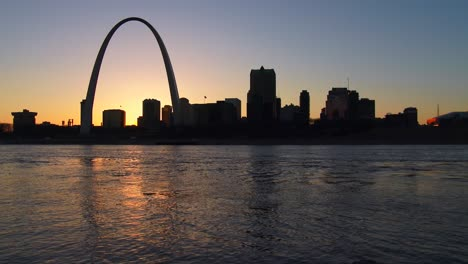 The-St-Louis-arch-in-twilight-light-2