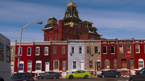 Hilera-De-Casas-Abandonadas-A-Lo-Largo-De-Una-Calle-De-Invierno-En-Baltimore