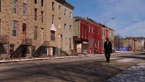 La-Gente-Camina-Por-Las-Calles-De-Un-Tugurio-Del-Norte-De-Baltimore-1