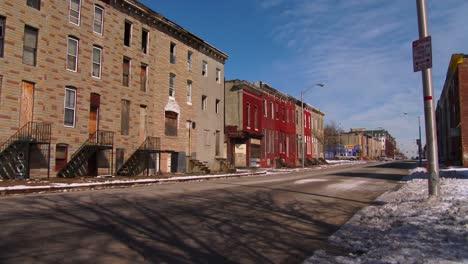 La-Gente-Camina-Por-Las-Calles-De-Un-Barrio-Pobre-Del-Norte-De-Baltimore-2