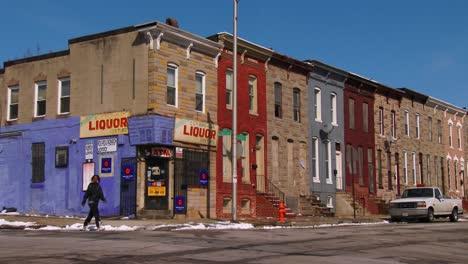 Una-Tienda-De-Licores-En-Una-Esquina-De-Un-Tugurio-Del-Norte-De-Baltimore
