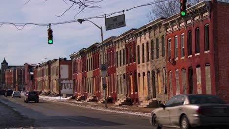 El-Tráfico-Pasa-Frente-A-Un-Barrio-Pobre-En-Una-Ciudad-Estadounidense-1