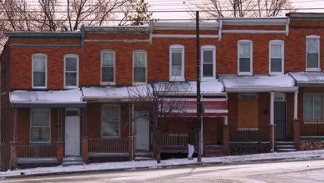 Hilera-De-Casas-A-Lo-Largo-De-Una-Calle-De-Invierno-En-Baltimore