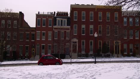 Rowhouses-line-the-streets-of-Baltimore-Maryland-in-the-snow