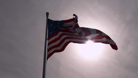 Una-Bandera-Americana-Vuela-Contra-El-Sol-En-Una-Exhibición-Patriótica