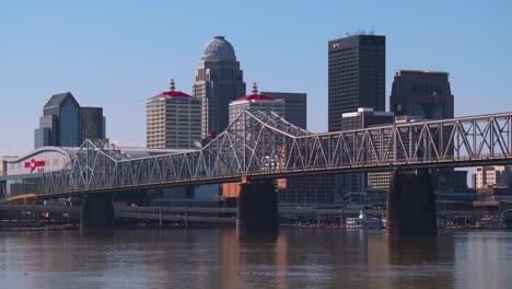 Toma-De-Establecimiento-De-Louisville-Kentucky-Con-Primer-Plano-Del-Río-Ohio-1