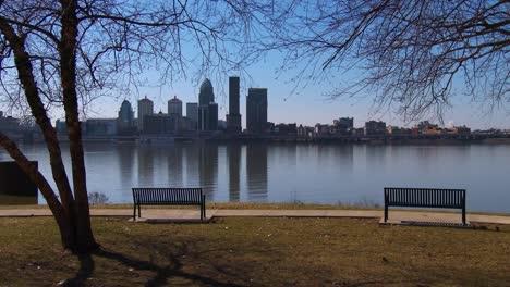 Un-Hermoso-Parque-Con-Vista-A-Louisville-Kentucky-Y-Al-Río-Ohio