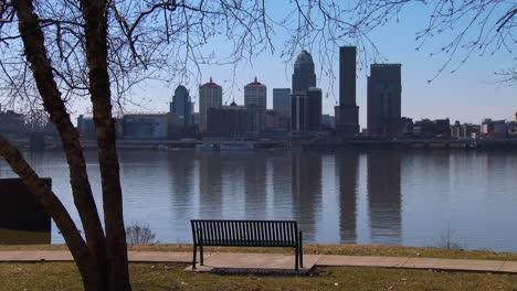 Un-Hermoso-Parque-Con-Vista-A-Louisville-Kentucky-Y-Al-Río-Ohio-1