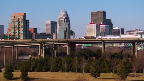 El-Horizonte-De-Louisville-Kentucky-Detrás-De-Puentes-Sobre-El-Río-Ohio-1