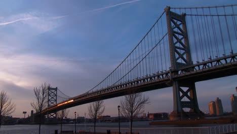 Un-Tren-De-Cercanías-Cruza-El-Puente-Ben-Franklin-Cerca-De-Philadelphia-Pa