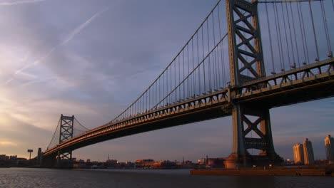 El-Puente-Ben-Franklin-Cerca-De-Philadelphia-Pa-Brilla-Con-La-Luz-Del-Atardecer